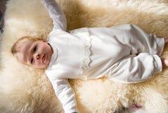 Bebé dulce feliz recién nacido en la manta peluda Imagenes de archivo