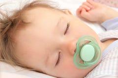 Bebé durmiente agradable Fotografía de archivo libre de regalías