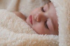 Bebé durmiente con la botella Imagen de archivo libre de regalías