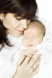 Bebé durmiente de abarcamiento de la madre Fotos de archivo libres de regalías