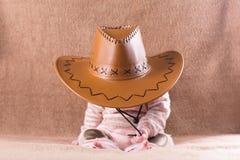 Bebé durmiente dulce en un sombrero de vaquero Imagen de archivo libre de regalías