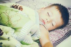 Bebé durmiente en cama Fotografía de archivo libre de regalías