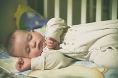 Bebé durmiente en cama Fotografía de archivo