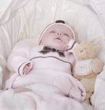 Bebé durmiente en color de rosa Fotos de archivo libres de regalías