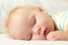 Bebé durmiente lindo Foto de archivo