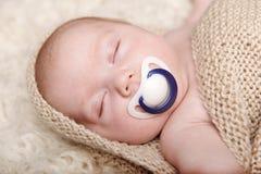 Bebé durmiente que miente en una manta Fotografía de archivo