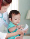 Bebé e instrumento médico Imagen de archivo