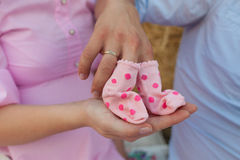 Bebé, embarazada, calcetines, felices, mujer, embarazo, esposa, el esperar, mirando, joven, varón, par, madre, estómago, tenencia Fotos de archivo libres de regalías