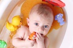 Bebé en bañera fotos de archivo