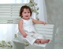Bebé en banco foto de archivo