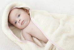 Bebé en bathrobe.ter. Imagen de archivo