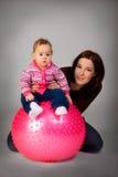 Bebé en bola de la aptitud Foto de archivo