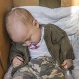 Bebé en caja fotos de archivo libres de regalías