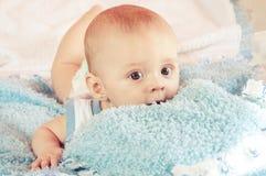 Bebé en cama imagen de archivo libre de regalías