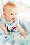 Bebé en cama imagen de archivo