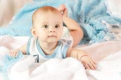Bebé en cama foto de archivo libre de regalías