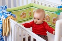Bebé en cama imágenes de archivo libres de regalías