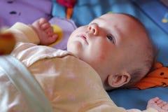 Bebé en cama antes del sueño Foto de archivo