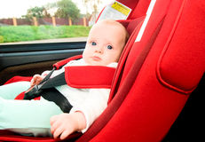 Bebé en coche Fotos de archivo