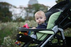 Bebé en cochecito fotografía de archivo