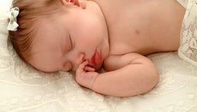 Bebé en cordón Imágenes de archivo libres de regalías