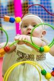 Bebé en cuarto de niños fotos de archivo