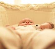 Bebé en cuna Foto de archivo