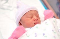 Bebé en cuna del hospital foto de archivo