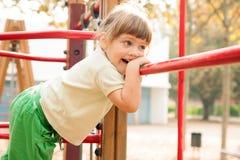 Bebé en el área del patio Fotos de archivo libres de regalías