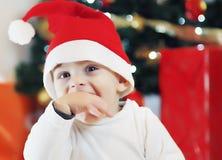 Bebé en el arrastre del traje de la Navidad Imagenes de archivo