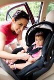 Bebé en el asiento de coche para la seguridad Imagenes de archivo