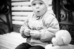 Bebé en el banco Imagenes de archivo