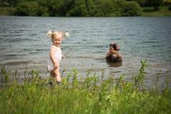 Bebé en el campo Foto de archivo libre de regalías