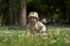 Bebé en el campo verde 3. Foto de archivo libre de regalías