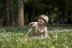 Bebé en el campo verde 5. Imágenes de archivo libres de regalías