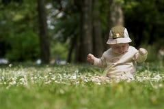 Bebé en el campo verde 6. imagen de archivo