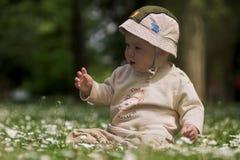 Bebé en el campo verde 8. fotos de archivo libres de regalías