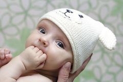 Bebé en el casquillo fotografía de archivo libre de regalías