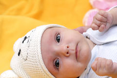 Bebé en el casquillo foto de archivo