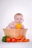 Bebé en el cuenco vegetal Fotografía de archivo libre de regalías