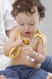 Bebé en el doctor. Fotos de archivo libres de regalías