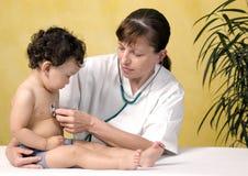Bebé en el doctor. Fotografía de archivo libre de regalías
