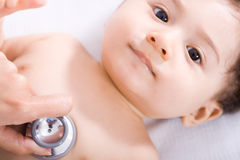 Bebé en el doctor Foto de archivo