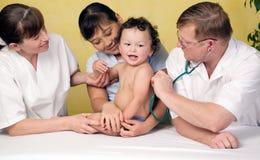 Bebé en el doktor. Foto de archivo libre de regalías