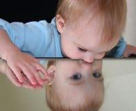 Bebé en el espejo II Imagen de archivo