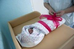 Bebé en el hospital de maternidad Fotos de archivo libres de regalías
