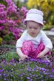 Bebé en el jardín de flores Imagenes de archivo