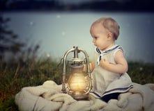 Bebé en el lago Foto de archivo libre de regalías
