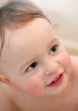 Bebé en el lavado del cuarto de baño Fotos de archivo