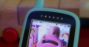 Bebé en el monitor del babyphone metrajes